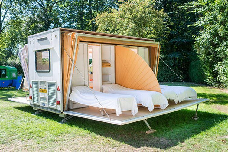 Concept d'une caravane avec des lits à ciel ouvert
