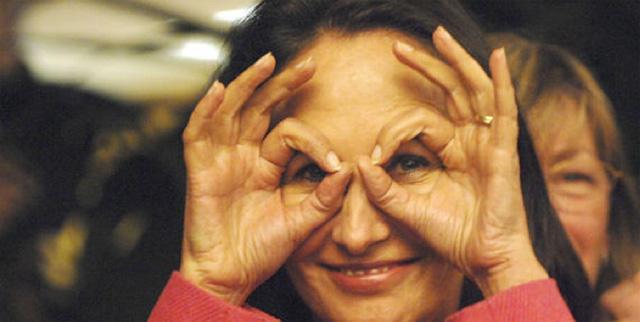 Photo de Ségolène Royal avec les mains en forme de lunettes