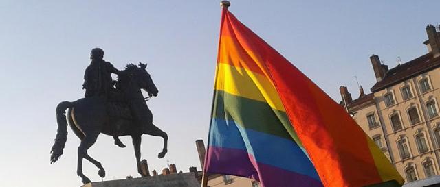 Drapeau Gay Pride à Lyon place Bellecour