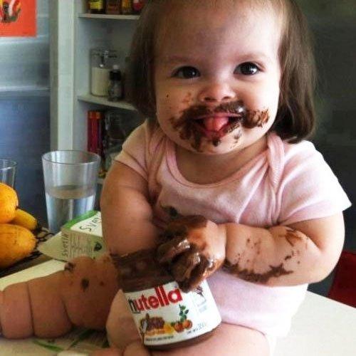 Enfant main dans le pot de Nutella