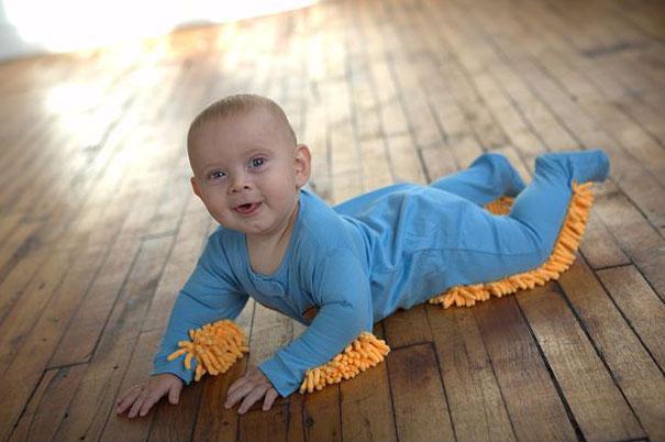bébé en mode serpillière ou balai