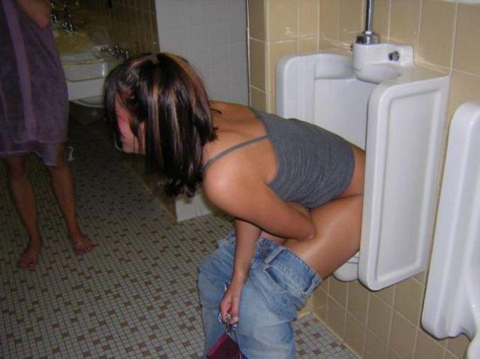 filles bourrées aux toilettes