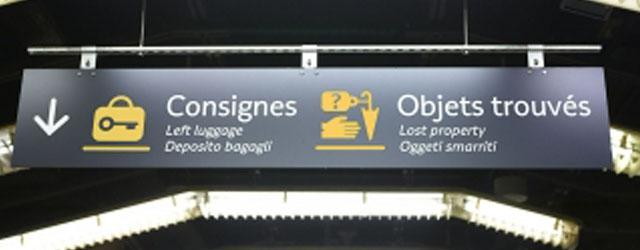 Photo panneau objets trouvés dans une gare
