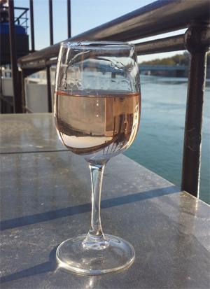 Photo verre de rosé sur le Rhône en fond