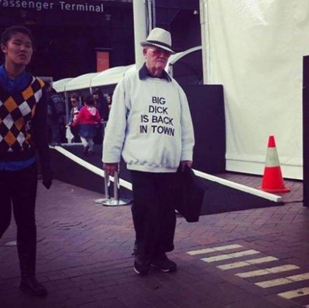 personnes âgées qui montrent qu'il n'y a pas d'âge pour s'amuser!